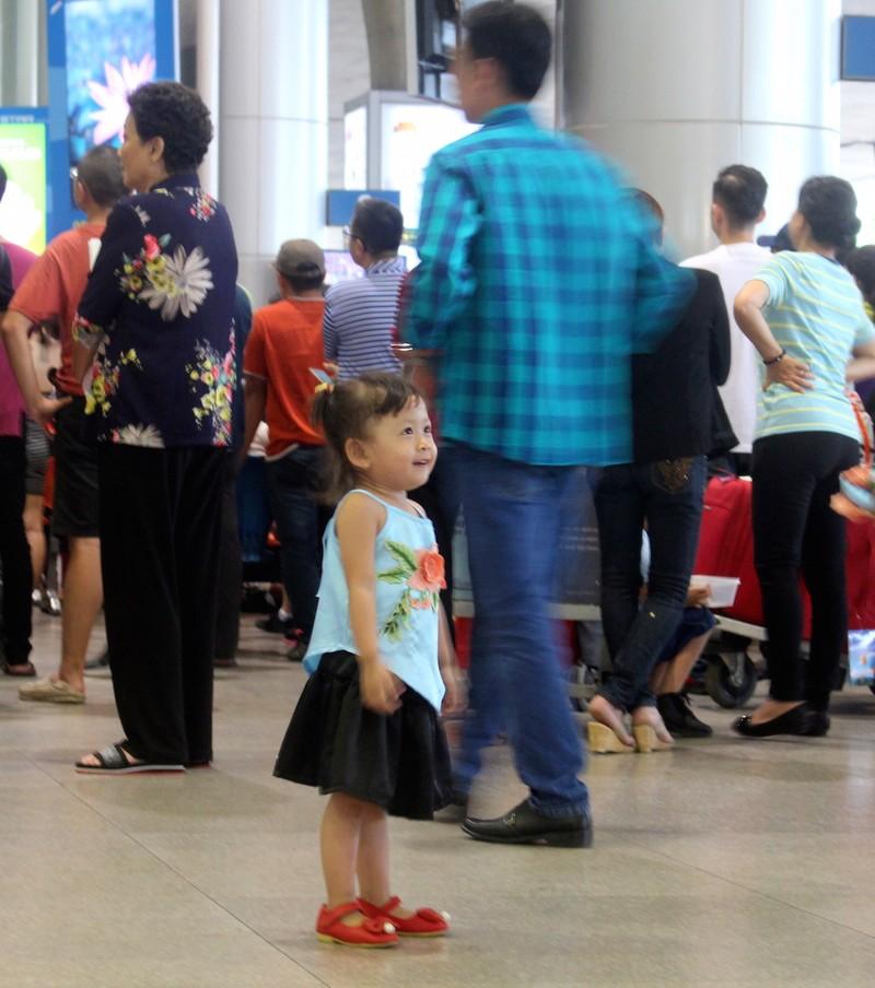 Sân bay Tân Sơn Nhất chiều cuối năm đông nghẹt - ảnh 6