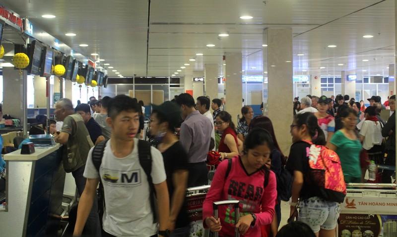 Sân bay Tân Sơn Nhất chiều cuối năm đông nghẹt - ảnh 1