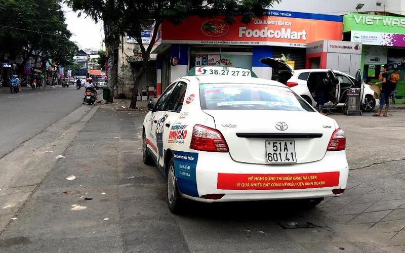 Bất ngờ taxi Vinasun dán khẩu hiệu phản đối Uber, Grab - ảnh 2