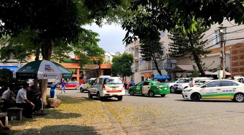 Bất ngờ taxi Vinasun dán khẩu hiệu phản đối Uber, Grab - ảnh 4