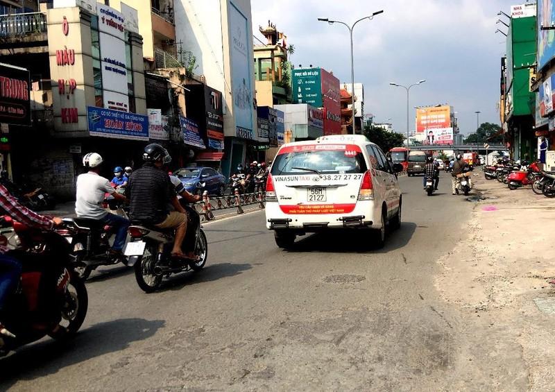 Bất ngờ taxi Vinasun dán khẩu hiệu phản đối Uber, Grab - ảnh 5