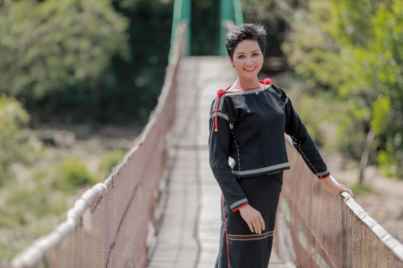 Hoa hậu H'Hen Niê về quê hái cà phê - ảnh 4