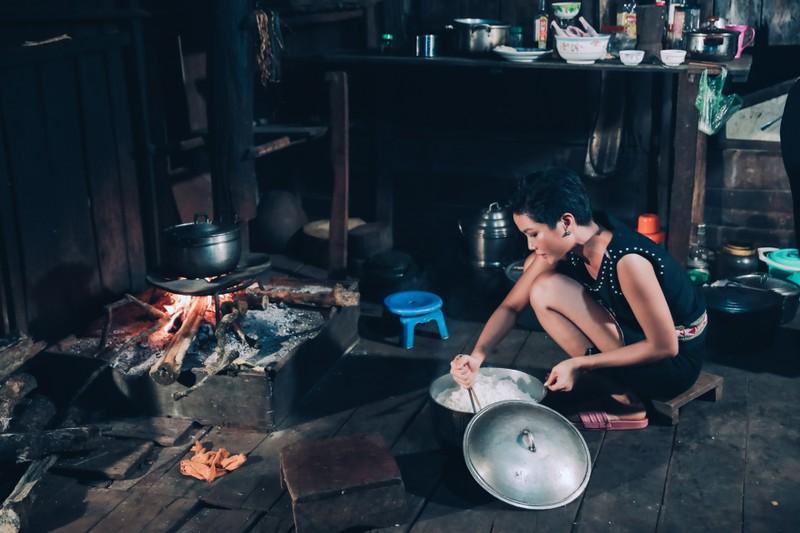 Hoa hậu H'Hen Niê về quê hái cà phê - ảnh 6