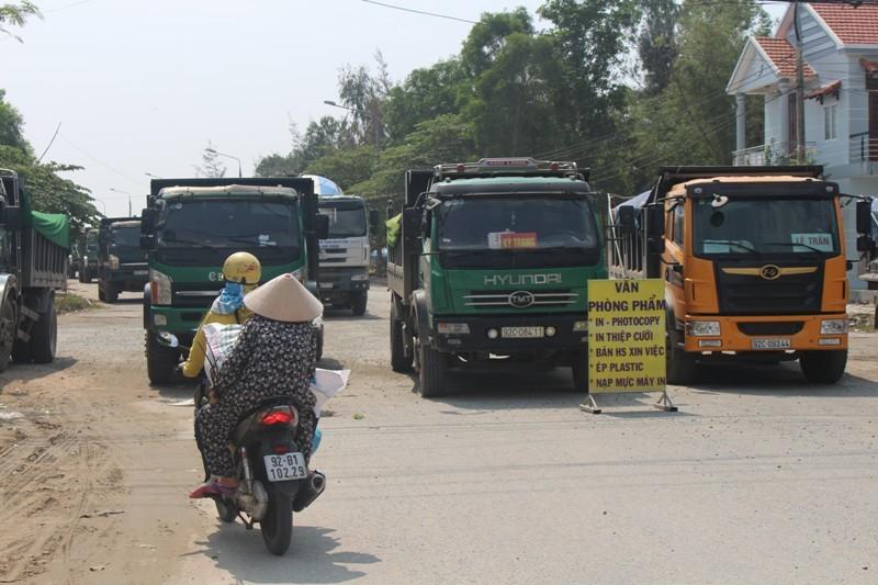 Dân bức xúc chặn đoàn xe chở đất vào khu công nghiệp - ảnh 2