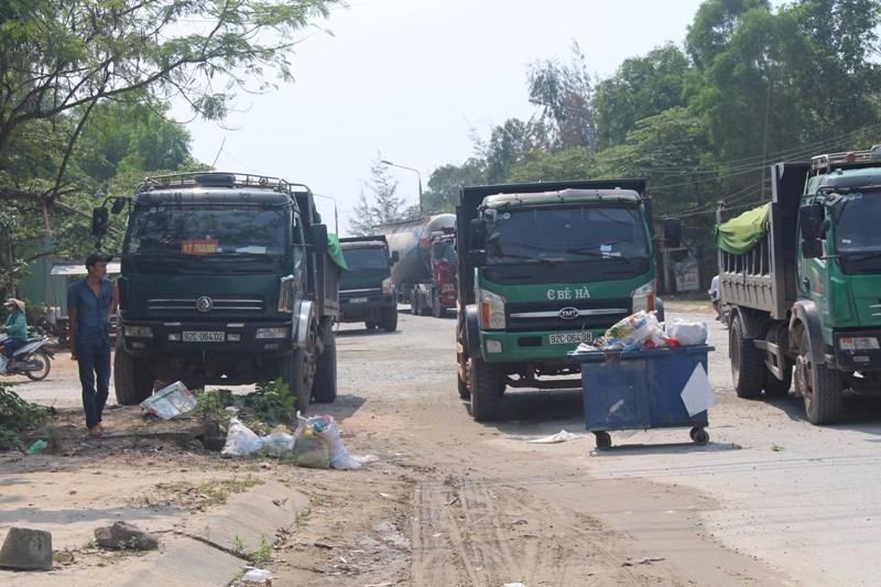 Nhiều xe tải bị chặn nằm giữa đường.