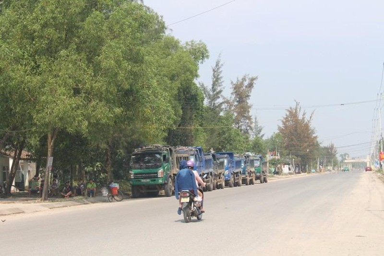 Xe bị chặn nằm chờ bên đường