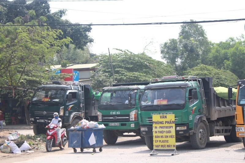 Dân bức xúc chặn đoàn xe chở đất vào khu công nghiệp - ảnh 1