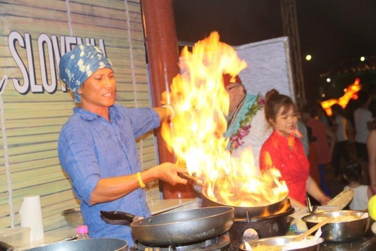 Người đầu bếp vui tính đang biểu diễn tài nghệ ở gian hàng của quốc gia Slovenia thu hút nhiều người xem