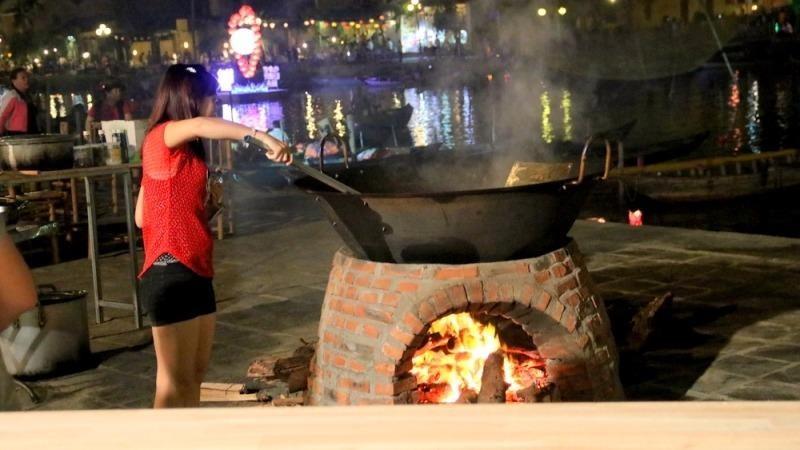Du khách cùng nấu ăn với đầu bếp nước ngoài
