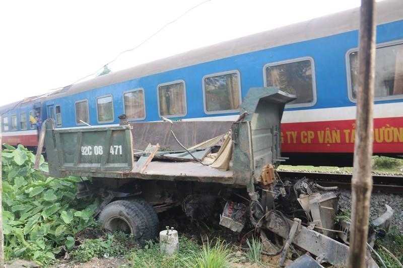 Va chạm tàu hỏa, xe tải 'đầu một nơi, mình một nẻo' - ảnh 4