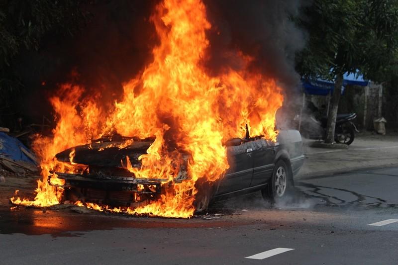 Ô tô 4 chỗ bỗng dưng bốc cháy khi đang chạy trên đường - ảnh 1
