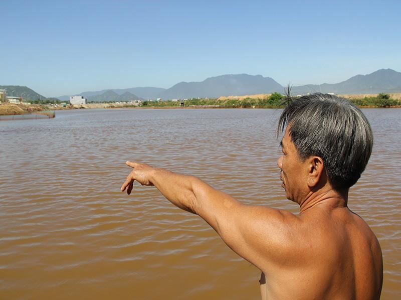 Nước sông chuyển đỏ, cá chết khiến dân hoang mang - ảnh 2