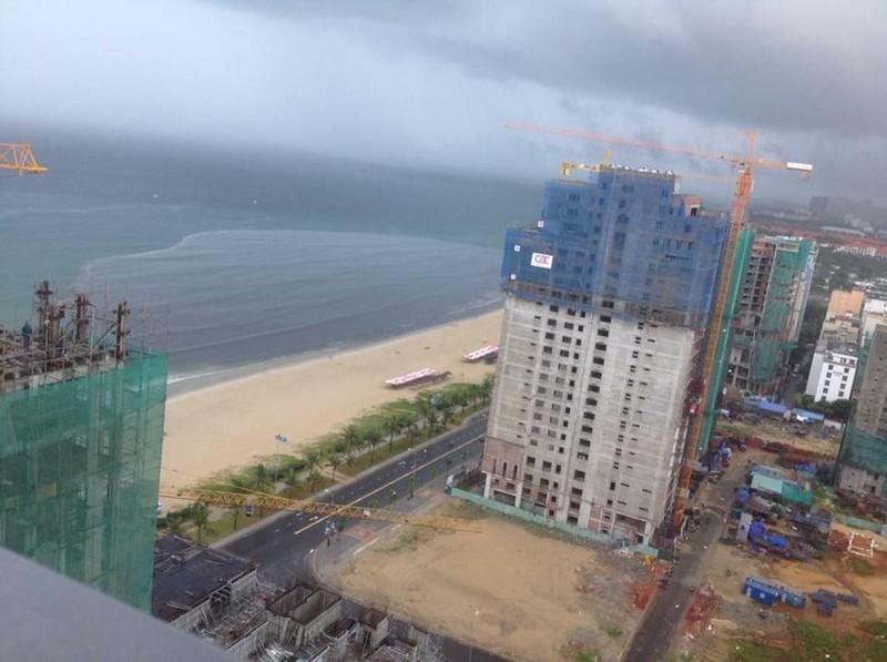 Nước thải đen ngòm cuồn cuộn chảy ra biển Đà Nẵng - ảnh 2