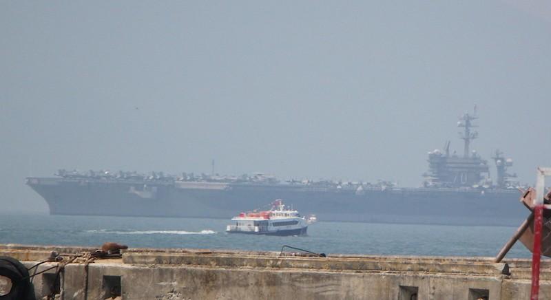 Tàu sân bay USS Carl Vinson đã neo tại vịnh Đà Nẵng - ảnh 10