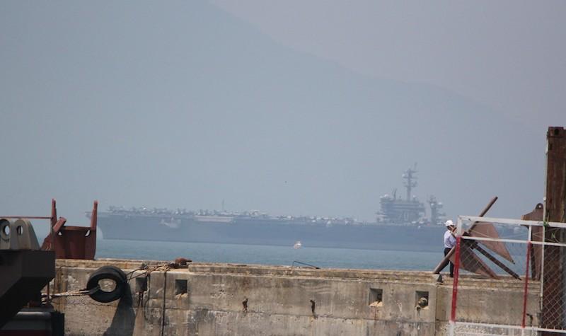 Tàu sân bay USS Carl Vinson đã neo tại vịnh Đà Nẵng - ảnh 9