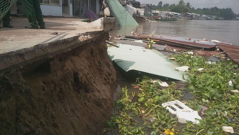 5 căn nhà bờ sông Ô Môn bị sụp xuống sông - ảnh 3