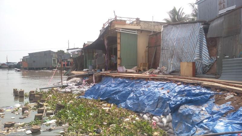 5 căn nhà bờ sông Ô Môn bị sụp xuống sông - ảnh 1