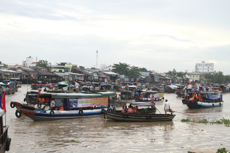 Bồng bềnh trên sông nước ngắm chợ nổi Cái Răng - ảnh 1