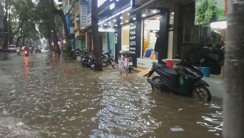 Cận cảnh người dân Cần Thơ bị nước ngập 'tấn công'  - ảnh 1
