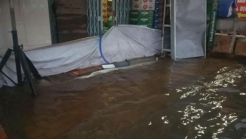 Cận cảnh người dân Cần Thơ bị nước ngập 'tấn công'  - ảnh 6