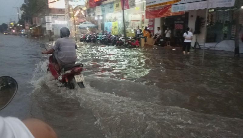 Cận cảnh người dân Cần Thơ bị nước ngập 'tấn công'  - ảnh 10