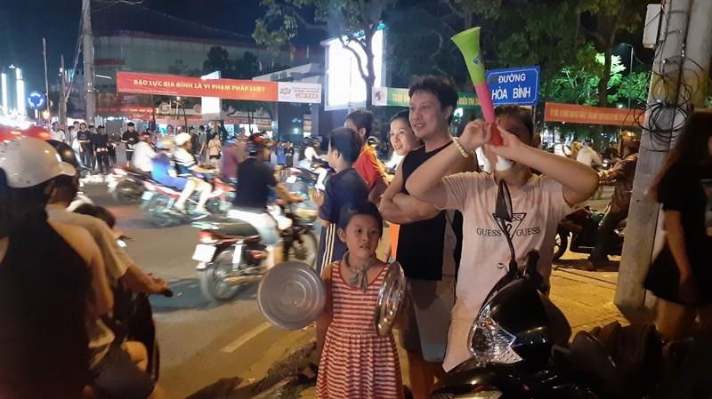 Dân Cần Thơ ra đường mừng Việt Nam thắng Philippines - ảnh 2