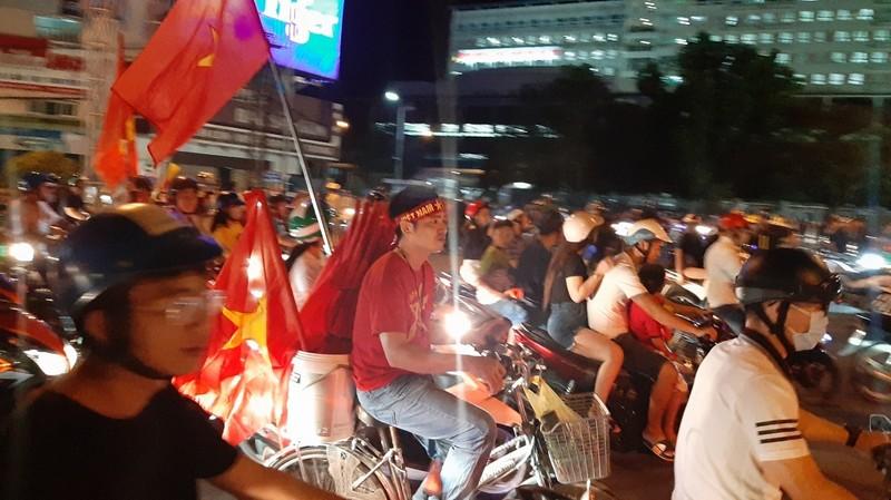 Dân Cần Thơ ra đường mừng Việt Nam thắng Philippines - ảnh 3