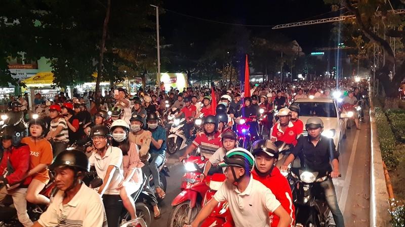 Dân Cần Thơ ra đường mừng Việt Nam thắng Philippines - ảnh 7