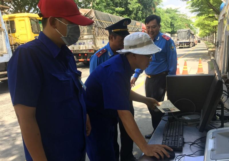TP.HCM kiểm tra gắt khói xe tải, xe buýt  - ảnh 2