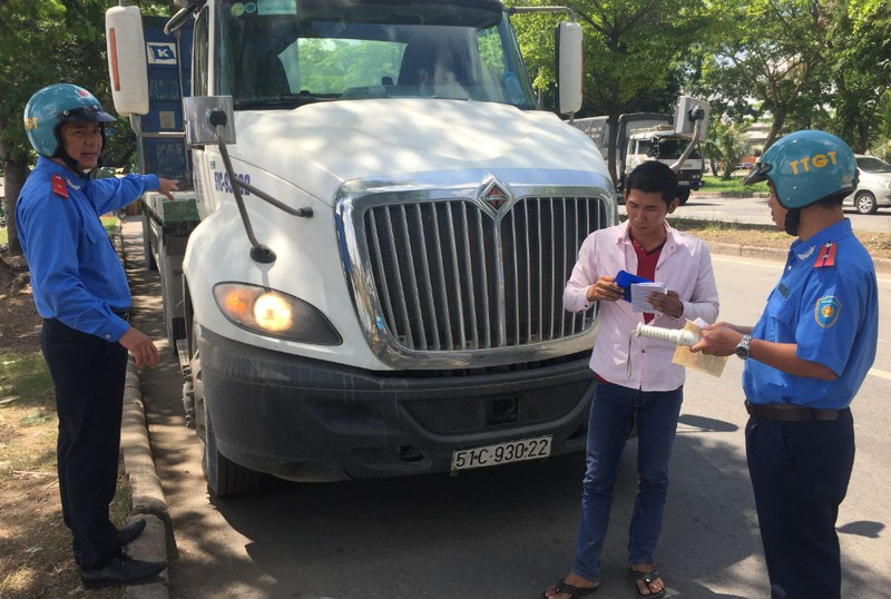 TP.HCM kiểm tra gắt khói xe tải, xe buýt  - ảnh 1