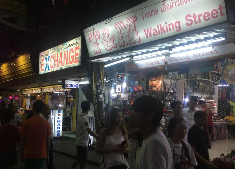 Những chuyện trên trời, dưới đáy ở phố đi bộ Pattaya Thái Lan - ảnh 14