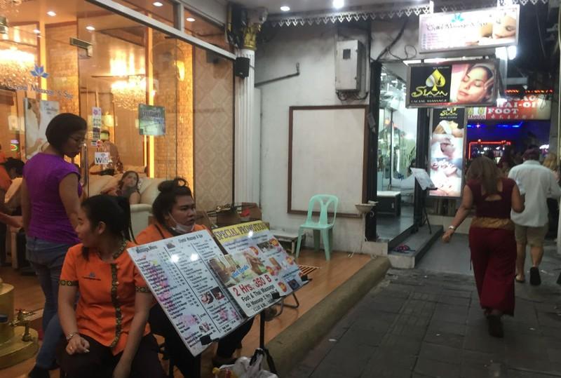 Những chuyện trên trời, dưới đáy ở phố đi bộ Pattaya Thái Lan - ảnh 4