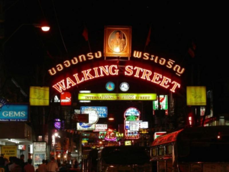 Những chuyện trên trời, dưới đáy ở phố đi bộ Pattaya Thái Lan - ảnh 2