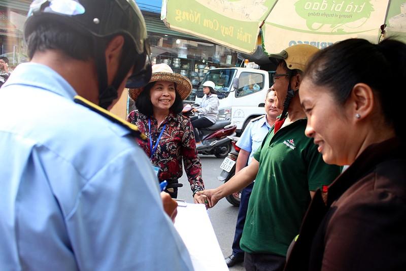 Nữ chủ tịch phường Bình Trị Đông B xăn tay dẹp vỉa hè - ảnh 1