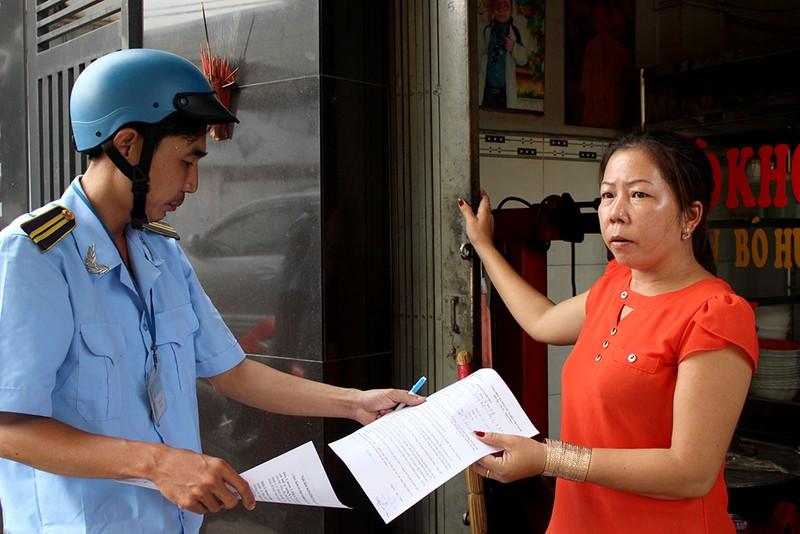 Nữ chủ tịch phường Bình Trị Đông B xăn tay dẹp vỉa hè - ảnh 3