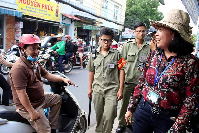 Nữ chủ tịch phường Bình Trị Đông B xăn tay dẹp vỉa hè - ảnh 4