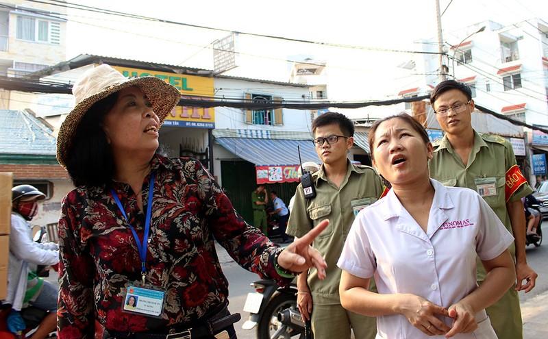 Nữ chủ tịch phường Bình Trị Đông B xăn tay dẹp vỉa hè - ảnh 5