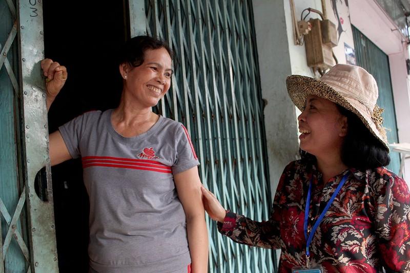 Nữ chủ tịch phường Bình Trị Đông B xăn tay dẹp vỉa hè - ảnh 2