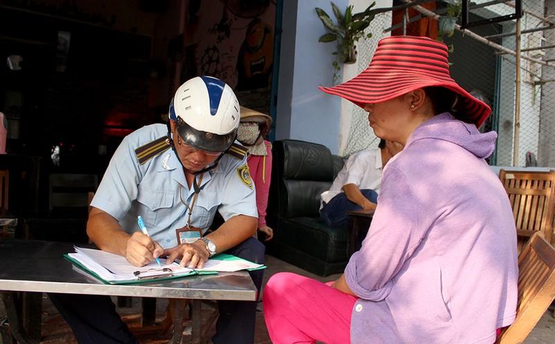 Nữ chủ tịch phường Bình Trị Đông B xăn tay dẹp vỉa hè - ảnh 9