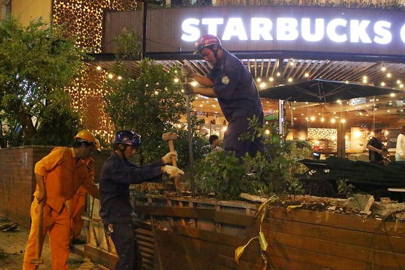 Quận 1 cẩu hàng rào quán cà phê Starbucks - ảnh 3