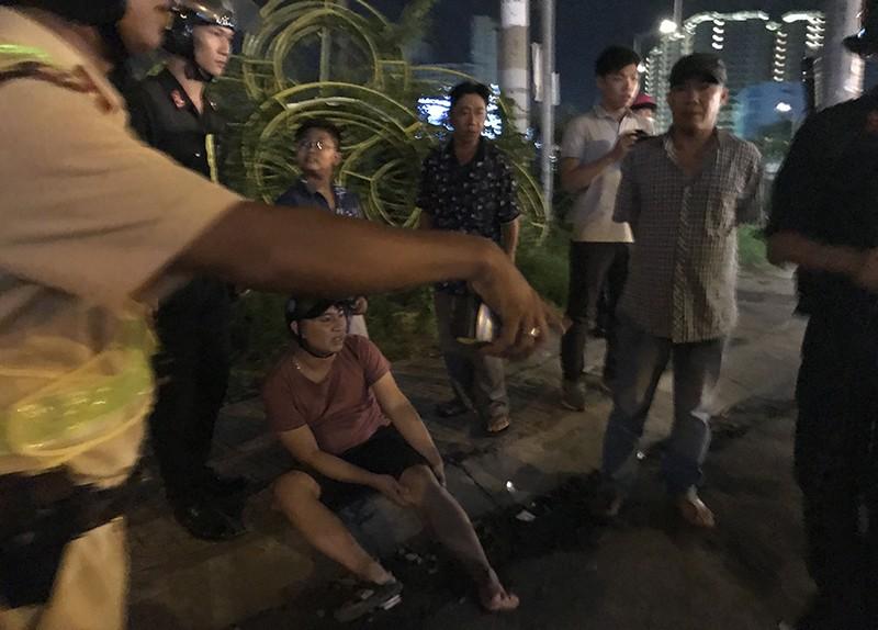 Bất chấp CSGT, xe khách ôm cua đè bẹp thanh niên đi xe máy - ảnh 2