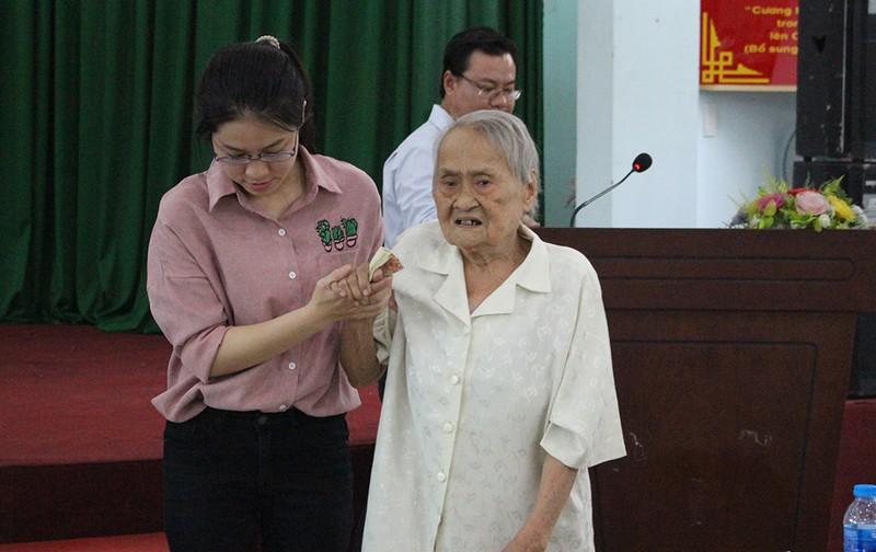 Cử tri 93 tuổi bức xúc việc tụ tập gây rối - ảnh 1