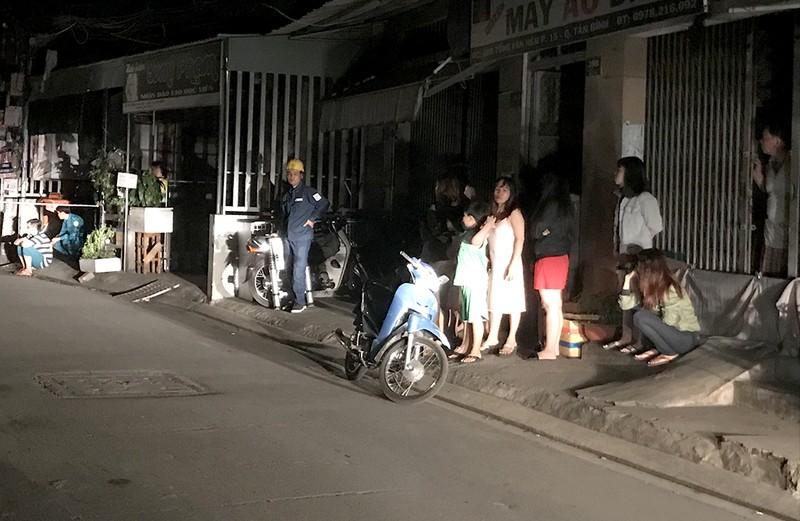 Trên đường Tống Văn Hên, nhiều người đổ ra đường sau khi nghe tiếng nổ lớn phát ra. Ảnh: L.THOA