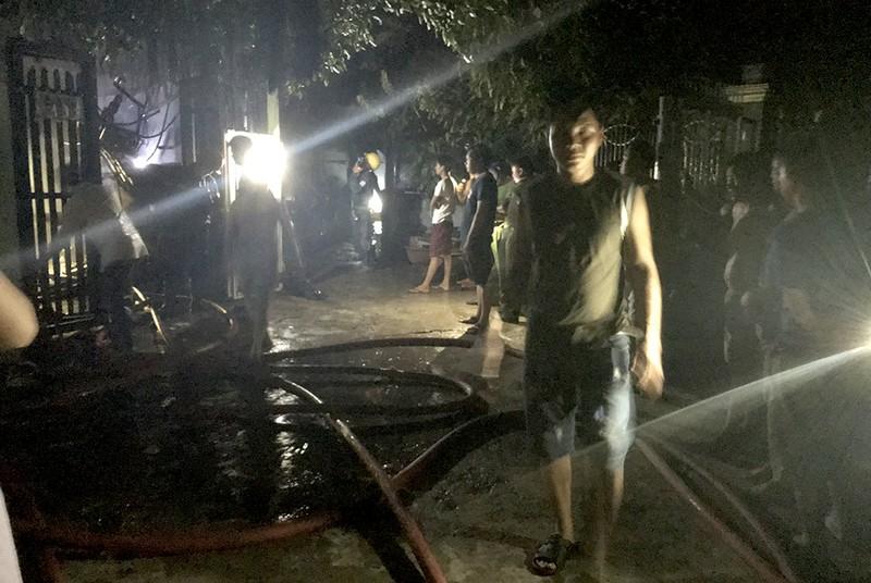 Xe cứu hỏa đã kịp đến để xử lý sự cố cháy tại một căn nhà trong hẻm 17, đường Tống Văn Hên. Ảnh: L. THOA