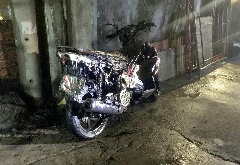 Xe máy cháy nổ lan sang xe máy khác và đồ điện lạnh. Ảnh: L. THOA