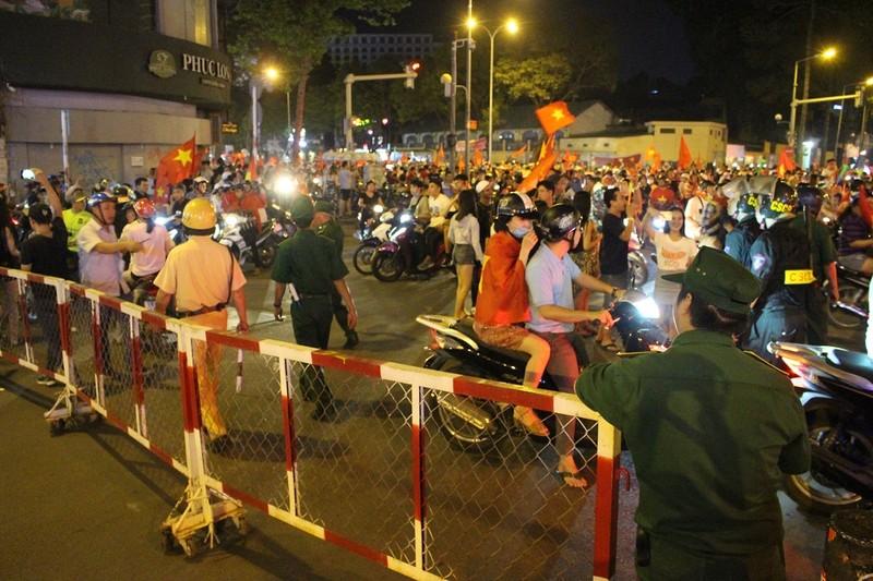 """CSGT """"tung"""" hàng rào sắt chặn dòng bão sau trận thắng của VN - ảnh 2"""