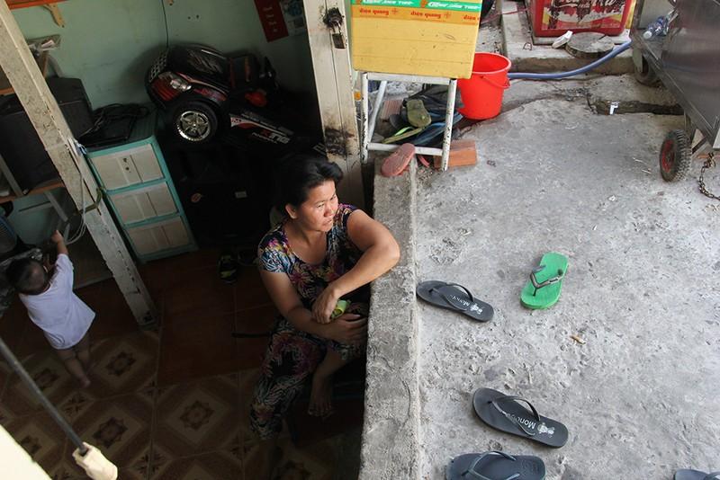Nhà dân ở Bình Thạnh bị biến thành 'hầm' khi nâng đường - ảnh 9