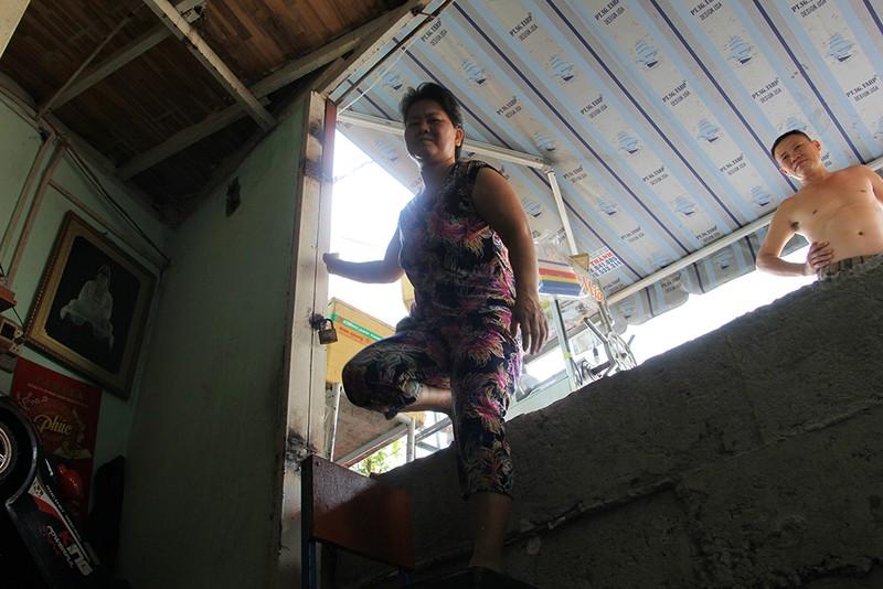 Nhà dân ở Bình Thạnh bị biến thành 'hầm' khi nâng đường - ảnh 10