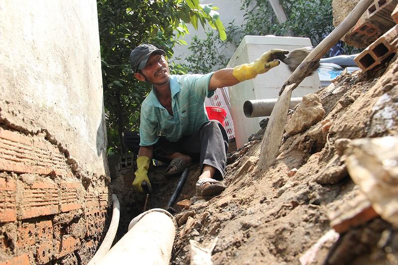 Nhà dân ở Bình Thạnh bị biến thành 'hầm' khi nâng đường - ảnh 3