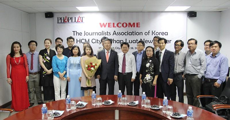Đoàn Hội nhà báo Hàn Quốc thăm báo Pháp Luật TP.HCM - ảnh 13